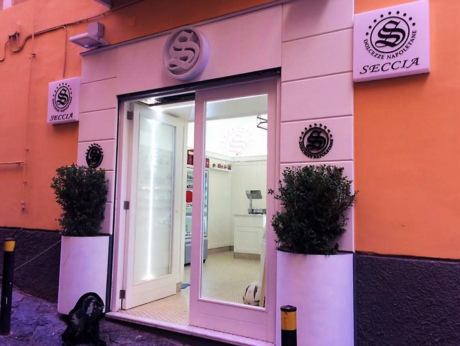 Arte e dolci nel ricordo di Luciano De Crescenzo ai Quartieri Spagnoli di Napoli