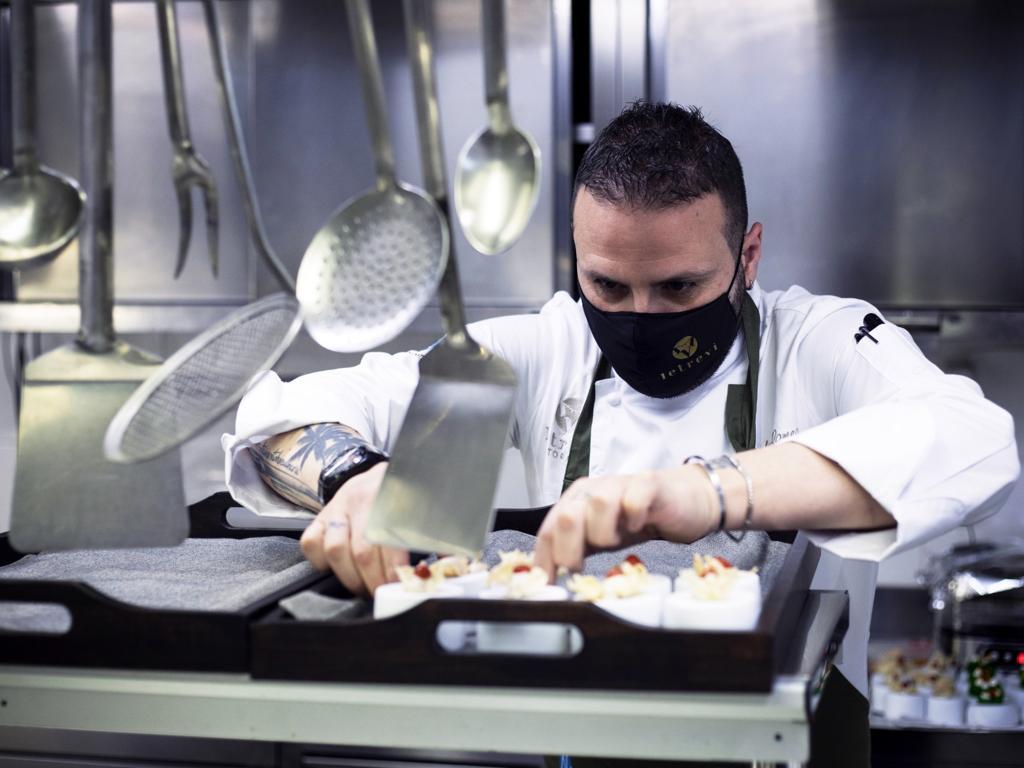 Lo chef Paolo Romeo in modalità show cooking